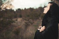 Jeune sorcière dans une forêt images libres de droits