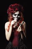 Jeune sorcière de vaudou avec la poupée piercing de maquillage de calavera (crâne de sucre) Images stock