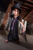 Jeune sorcière dirigeant son personnel Photos stock
