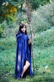 Jeune sorcière avec un balai Photographie stock