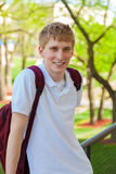 Jeune, souriant étudiant masculin d'université dehors Images libres de droits