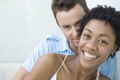 Jeune sourire affectueux de couples Photographie stock