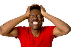 Jeune sourire afro-américain amical et heureux d'homme excité et pose fraîche et gaie Image stock