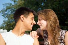 Jeune sourire de couples d'amour photo stock