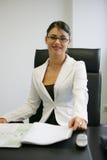 Jeune sourire de femme d'affaires images libres de droits