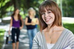 Jeune sourire de fille d'université Images libres de droits