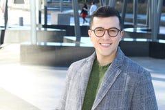 Jeune sourire ethnique sophistiqué d'homme d'affaires photos stock