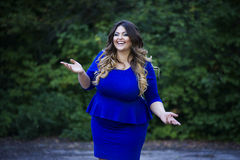 Jeune sourire heureux beau plus le modèle de taille dans la robe bleue dehors, femme de xxl sur la nature Photo stock