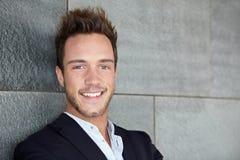Jeune sourire heureux d'homme d'affaires Image stock