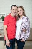 Jeune sourire heureux de couples Homme et femme étreignant à la maison Images libres de droits