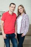 Jeune sourire heureux de couples Homme et femme étreignant à la maison Photos libres de droits