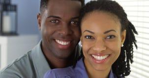 Jeune sourire noir de couples Photo stock