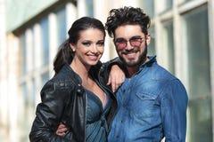 Jeune sourire occasionnel de couples pour vous Images libres de droits