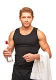 Jeune sportif avec la serviette et la bouteille de l'eau Images libres de droits