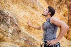 Jeune sportif beau étant prêt pour escalader une falaise Image libre de droits