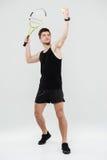 Jeune sportif concentré jouant le tennis photographie stock libre de droits