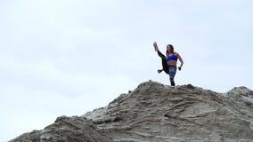 Jeune, sportive boxe de femme, faisant des exercices dehors, sur le dessus arénacé de la carrière Sur la plage, port de cargaison banque de vidéos