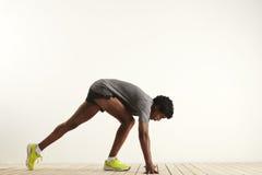 Jeune sprinter étant prêt pour commencer à courir Image libre de droits