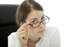 Jeune strabisme de femme d'affaires de brunette au-dessus des glaces Photographie stock