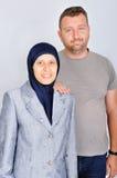 Jeune studio d'isolement de couples par position musulmane Image stock