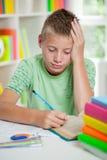Jeune studyng d'écolier à la maison Photos stock