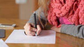Jeune stylo d'écriture de femme d'affaires sur la feuille de papier au bureau banque de vidéos