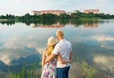 Jeune support de couples en été près de lac Image libre de droits