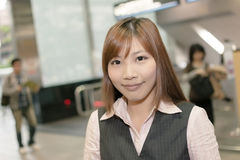 Jeune support de femme d'affaires dans le MRT Photographie stock