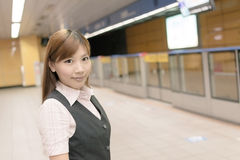 Jeune support de femme d'affaires dans le MRT Photo stock