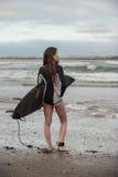 Jeune surfer féminin recherchant des vagues images libres de droits