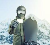 Jeune surfeur tenant le passage vide d'ascenseur avec la montagne sur le fond Image filtrée : effet de vintage traité par croix images stock