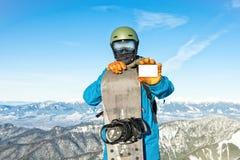Jeune surfeur tenant le ski-passage vide avec de belles montagnes sur le fond photos stock