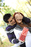Jeune surprise de couples Photographie stock libre de droits