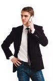 Jeune téléphone portable heureux de fixation d'homme Image libre de droits