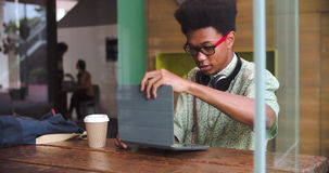 Jeune Tablette de Working On Digital d'homme d'affaires dans le café clips vidéos