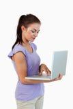 Jeune taper femelle sur son ordinateur portatif photos libres de droits