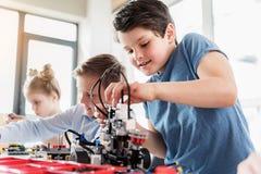 Jeune technicien masculin attentif dans le travail Image stock