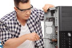 Jeune technicien réparant un ordinateur images stock