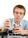Jeune technicien réparant un PC Photos stock