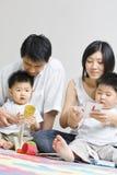 Jeune temps asiatique de dépense de famille ensemble photos stock