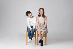 Jeune tir asiatique de studio de frère et de soeur Image stock