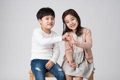 Jeune tir asiatique de studio de frère et de soeur Photo stock