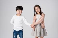 Jeune tir asiatique de studio de frère et de soeur Photos stock