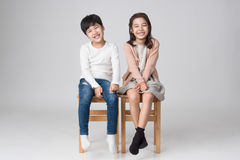 Jeune tir asiatique de studio de frère et de soeur Photographie stock libre de droits