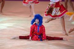 Jeune tir d'angle faible de danseur… juste des pieds et des jambes - cette vue a eu la couleur enlevée du plancher et du mur Photo libre de droits