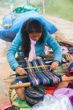 Jeune tisserande vietnamienne de femme Photographie stock libre de droits