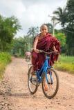 Jeune tour bouddhiste de novice une bicyclette près de Hpa-an dans Myanmar image libre de droits