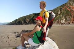 Jeune touriste en leur tournée de plage Photographie stock