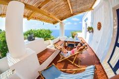Jeune touriste féminin appréciant le soleil dans Stromboli Photographie stock