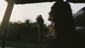 Jeune touriste féminin paisible heureux souriant, appréciant le tour étonnant de safari en voiture d'excursion le long de forêt e clips vidéos